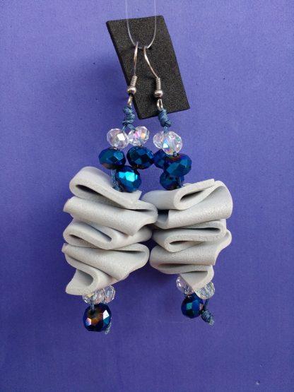 Orecchini Pendenti in Gomma Crepla Grigia con Perle, Bigiotteria Artigianale