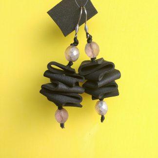 Orecchini Pendenti in Gomma Crepla Nera con Perle, Bigiotteria Artigianale