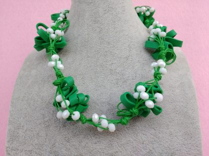 Collana in Gomma Crepla Verde con Perle Bianche, Bigiotteria Artigianale