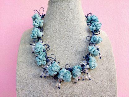 Collana in Organza Azzurra con Perle in Mezzo Cristallo