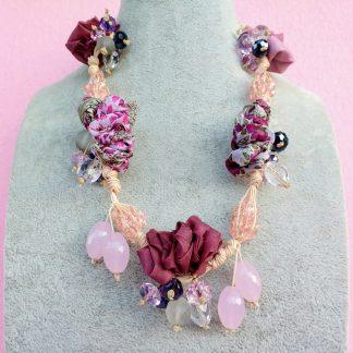 Collana in Organza Rosa Chiaro e Scuro con Perle in Vetro e Mezzo Cristallo