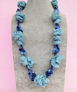 Collana in Organza Azzurra con Perle in Vetro e Mezzo Cristallo