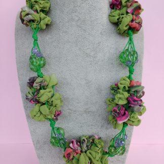 Collana in Organza Verde con Perle in Vetro