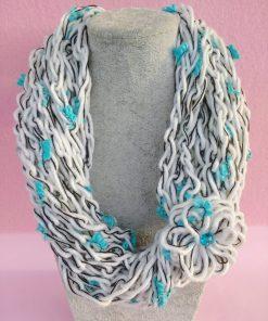 Collana di Lana all'Uncinetto Bianca e Azzurra