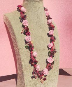 Collana Colorata con Fiori Rosa in Gomma Crepla, Cristalli, Bigiotteria in Vetro e Mezzi Cristalli