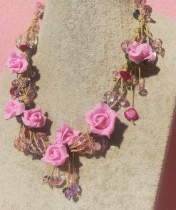Collana con Fiori Rosa e Bigiotteria Colorata in Piccoli Pendenti e Grappoli