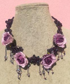 Collana di Fiori Viola in Carta e Piccoli Pendenti con Cristalli e Mezzi Cristalli