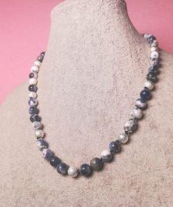 Collana di Sodalite con Perline Polvere di Stelle Placcate in Argento ed Elementi Floreali