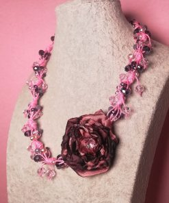 Collana con 1 Grande Fiore di Seta Viola in Varie Sfumature, Cristalli Viola, Lilla e Rosa e Cordino Rosa