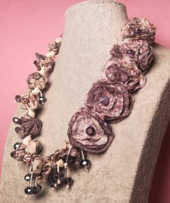 Collana con Fiori in Tessuto Riciclato, Pendenti di Cristalli Viola e Cordino Beige