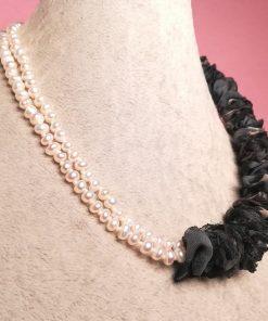 Collana Girocollo Multifilo di Perle di Fiume Bianche a 2 Fili con Stoffa di Organza Grigia