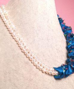 Collana Girocollo Multifilo con Perle di Fiume Bianche a 2 Fili e Stoffa di Seta Blu Fantasia Floreale