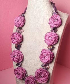 Collana Lunga con Fiori di Tessuto Rosa, Cristalli Colorati e Cordino Viola
