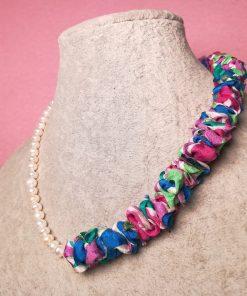 Collana Colorata Girocollo con Perle di Fiume e Stoffa di Seta, Bijou Artigianale