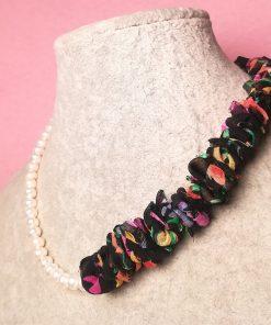 Collana di Organza di Seta Colorata e Nera con Perle di Fiume Bianche e Cordino Bianco di Alta Qualità